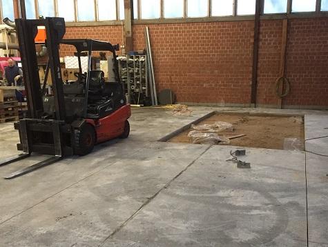 Vorhandene Betonsohle einschneiden und Betonplatten aufnehmen.