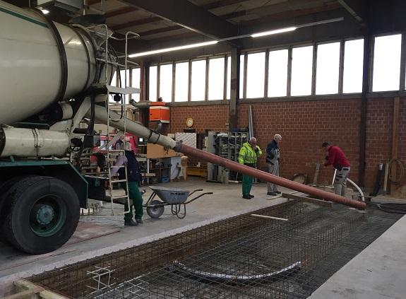 Der Beton fließt direkt aus dem Mischer in die Baugrube.